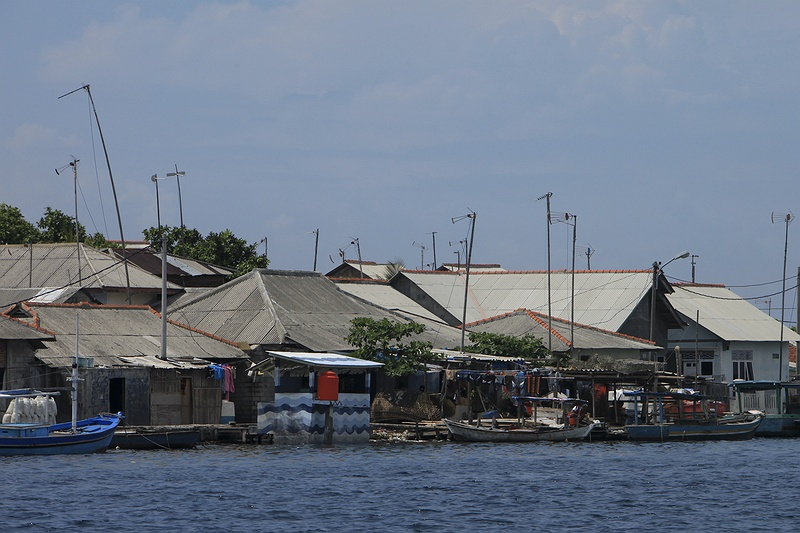 The island Panggang is already overpopulated, but the authorities have plans to build homes on stilts to accommodate the increased need for housing. Indonesian authorities have at the same time prepared evacuation plans for these islands if the sea-level situation worsens.